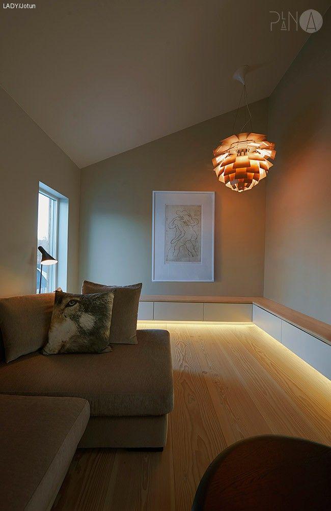 På dagtid gir LADY 1391 Lys Antikkgrå rommene et lunt uttrykk, selv i vårt nordiske, kalde lys. Vinduer og karmer er malt i LADY 1453 Bomull.