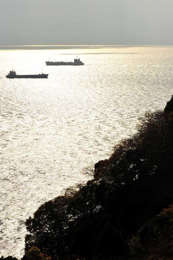 瀬戸内海、貨物船がゆく