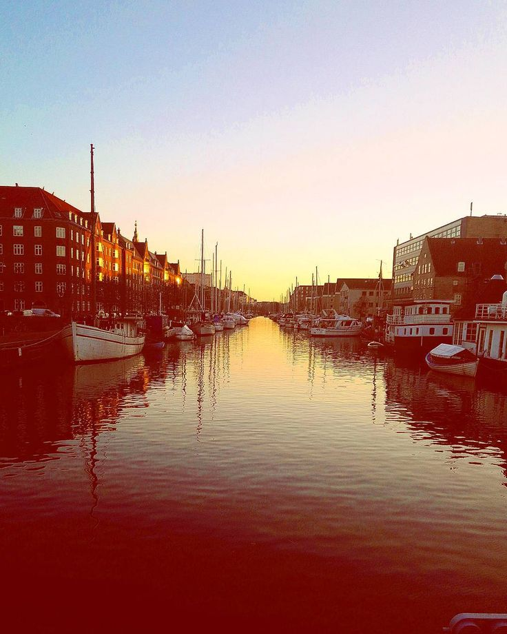 Sunsets. . . . . . . . #travelling #travel #denmark #nyhavn #copenhagen #photos #photooftheday #photography #sunsets #sunset #copenhagen #copenhague #boat #sea #reflection