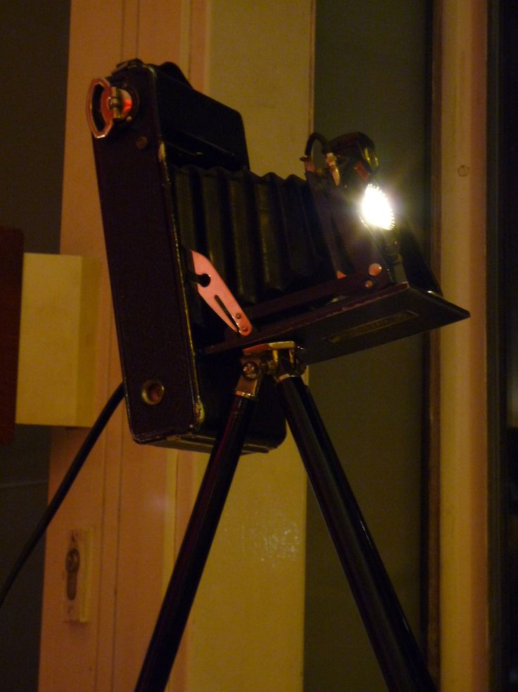 Designed by Tommy Hilbert, #Unikate, #Einzelstücke, #Lampen, #Licht, #Beleuchtung, Agfa Light' rare Agfa roll film camera 1920ies with original tripod and LED spot light One of a kind #unique #lamp #lighting #camera #Agfa #rollcamera