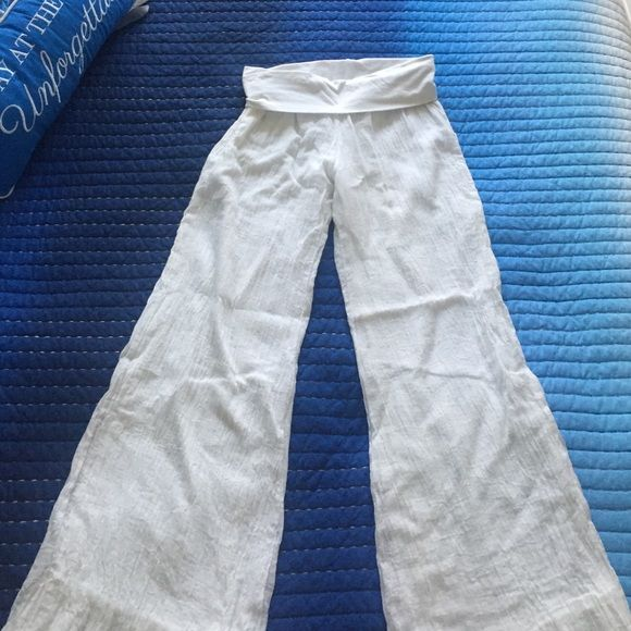 Elan White Beach Pants Elan White Beach Pants  Super soft and comfy ⚓️ Never worn but w/o tags  Must have for summer nights ⚓️ Dress them up or down  Size Small Elan Pants