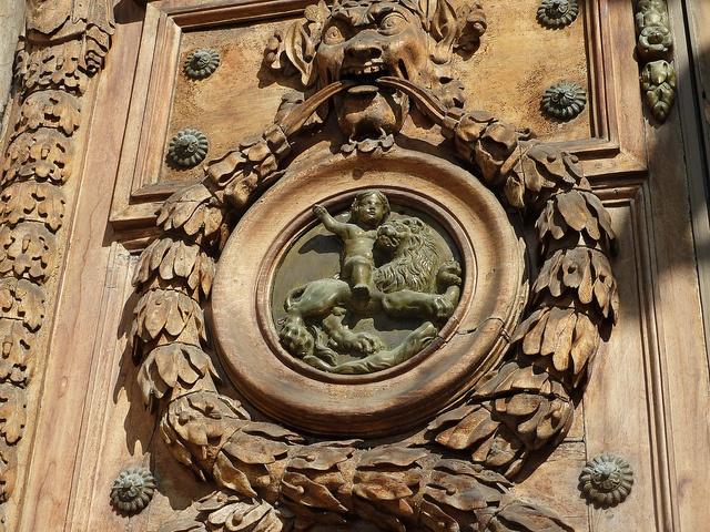 Lyon:détail de la porte de l'Hotel de ville