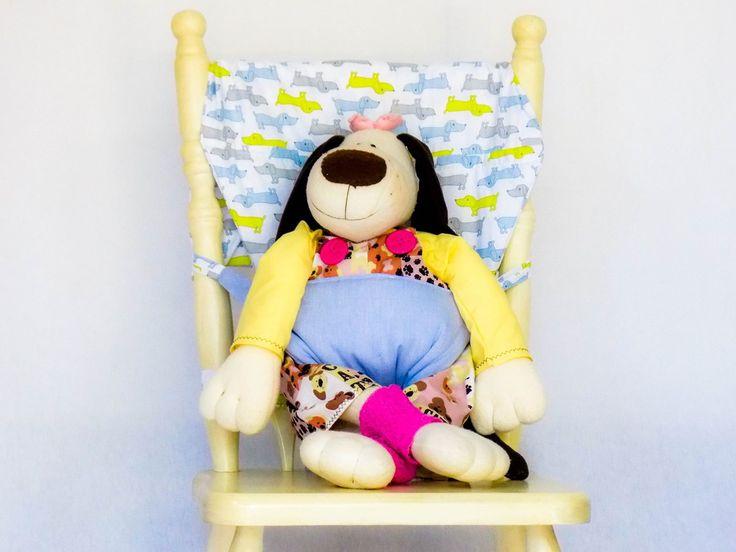 Cadeira de alimentação portátil adaptável a cadeiras de adultos. <br>Podendo ser utilizado em casa, no restaurante, no parque, na casa de amigos e diversos outros lugares. <br> É um produto dobrável, tornando-se compacto e fácil de guardar e transportar, sendo também muito leve. É o mínimo de volume com o máximo de praticidade. <br>Confeccionada em tecido 100% algodão. <br>Para crianças que já se sentam sozinhas (6 a 24 meses); <br>Lavável em máquina <br> <br>Não deixe o bebê sozinho na…