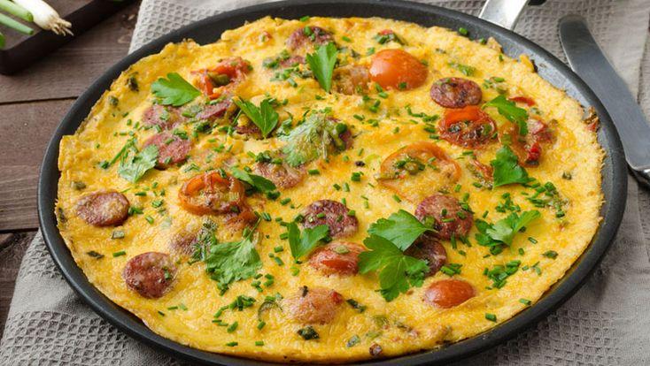 Omelett med ost och kryddig korv