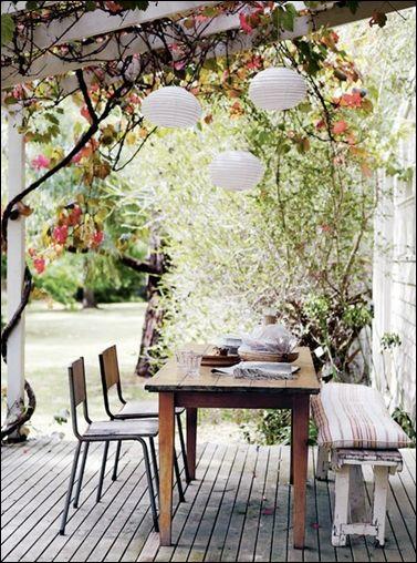 Une terrasse sans prétention, avec des chaises, une table et un banc qui en ont vu d'autres : j'irais bien les voir moi ! #terrasse