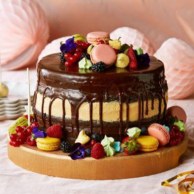 Maxad chokladtårta för den stora festen! Fylliga chokladbottnar varvas med den lenaste mörka chokladkrämen och en karamellig kolakräm. Bjud tårtan med maxad garnering, eller ställ en bärig citron- och hallonmoussetårta ovanpå för en riktig höjdartårta.