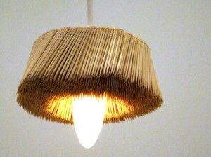 Una lámpara realizada con palillos