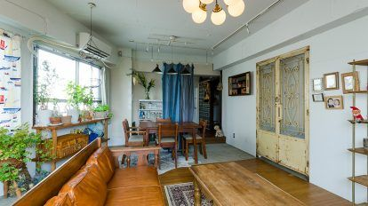 大谷石を室内に使う ミッドセンチュリーの家具や北欧デザイン、ヨーロッパのアンティーク、そして日本をはじめとするアジア、アフリカの民藝……それらが融合したインテリアと、『Landscape Products』がリノベーションを手がけた内装が、しっくりと調和を見せる。 この家の並外れたセンスの主は、『BEAMS』にお勤めの和田健二郎さんだ。 5年前に築27年だったマンションを改装。4LDKのメゾネットを2LDKに変更し、奥様の求示加さんとお嬢さん、愛犬の、3人+1匹で暮らしている。 「家具は人が使った形跡のあるような、古いものが好きです」と和田さん。  「家具は買い替えをしたくないので、欲しいものが出てくるまで我慢して、気に入ったものを少しずつ買っています」 たとえば、タピオ・ウィルカラのローテーブルは、いいものが見つかるまで、我慢してテーブルなしの生活をしていたそうだ。 アンティークのドア、大谷石の壁面、床と天井のオーク材。質感と色の絶妙なバランスが素晴らしい。手前のローテーブルはタピオ・ウィルカラのもの。…
