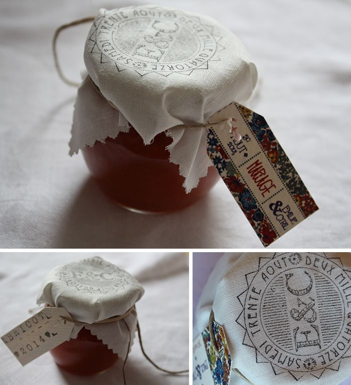Pots de confiture coiffés d'un tissu tamponné au blason des mariés
