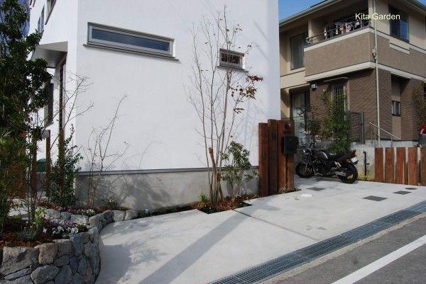 植栽に囲まれた、コンクリートのシンプルナチュラル駐車場(箕面市)4