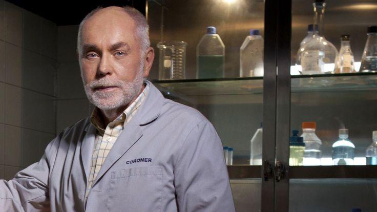"""Robert David Hall.  - Al actor de """"CSI"""" le faltan las dos piernas, pues cuando tenía 31 tuvo un accidente en donde un tráiler aplastó sus dos piernas, por lo que fue necesario amputarlas."""