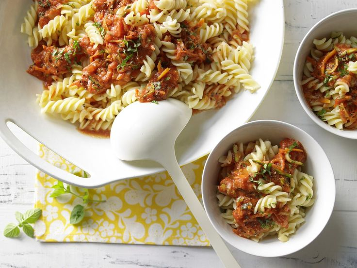 Nudeln mit Nuss-Tomaten-Sauce - (Kochen für viele Kinder) - smarter - Kalorien: 339 Kcal - Zeit: 30 Min.   eatsmarter.de