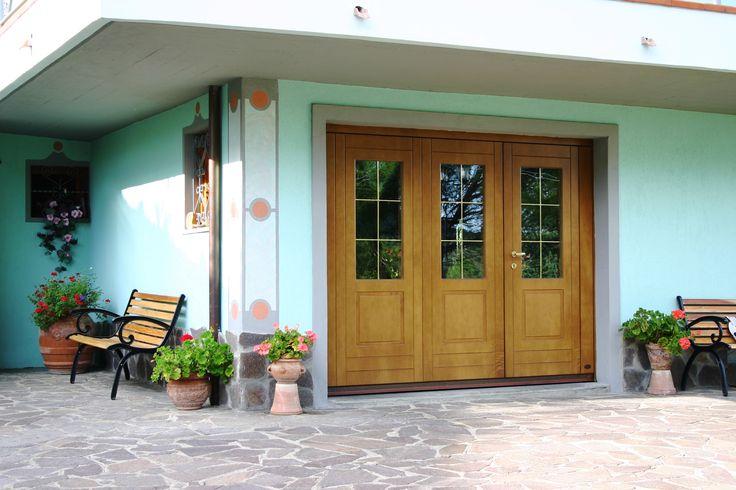 Porta per garage in legno multistrato marino. Essenza okoume'. Possibilità di accessoriare la porta con finestrature e porta pedonale.