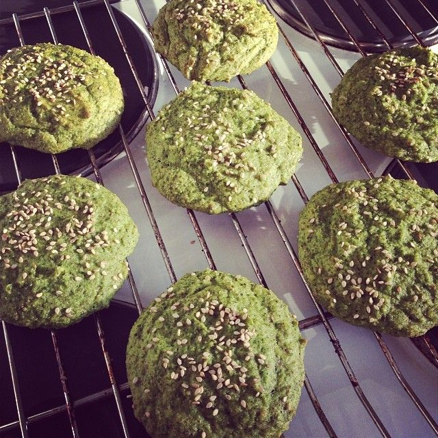 Broccoli buns. Set the oven for 175C. In a bowl combine: 1 broccoli, 4 eggs, 1 tsp salt, 1 tsp baking soda, 2 tbsp fiber HUSK and 5 tbsp almondmeal. Form into buns, place on griddle, sprinkle with sesame seed and bake for about 15 min. Use as a sandwich-/burger bun