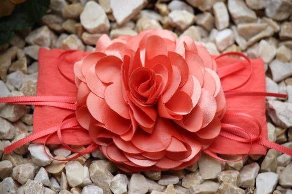 Faixa de meia cor coral, linda flor camélia com fitas no cetim, maravilhosa, ideal para bebê ou criança de 0 a 6 anos.