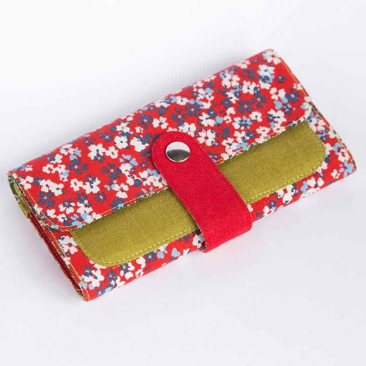 Авторский женский кошелек в подарок от отечественного бренда Yak Faino, сшитый вручную мастером из трех видов натуральной ткани – джинс, лен и хлопок. Лицевая сторона клатча с красным принтом в модном ситцевом стиле Мильфлер – тысяча цветов – прекрасно дополнена оливковым льняным н