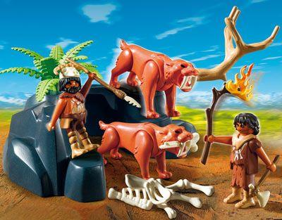 Ajutati-l pe omul din pestera sa-si protejeze familia de animalele salbatice. Setul include două figurine, doua animale salbatice, schelet si alte accesorii. Nu necesita baterii. Jucarie din colectia Stone age. Recomandat copiilor cu varsta 4 ani +.