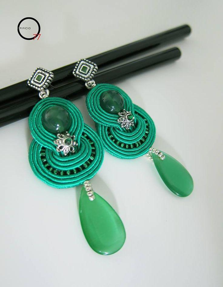 Modello base orecchini soutache verde smeraldo con perle e goccia in giada colorata perline rocailles, monachella lavorata a lobo. Giada Zampar -Opificio77-