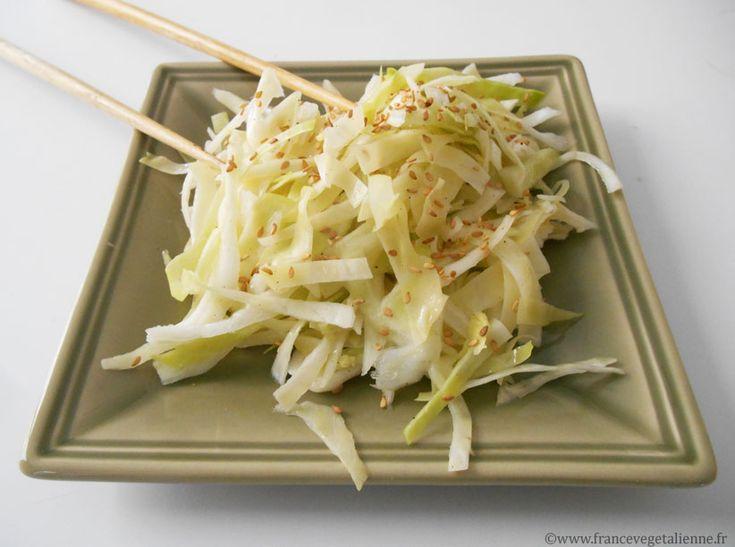 Servie dans la plupart des restaurants japonais ou dans les bars à sushis,  la salade au chou blanc allie à la texture croquante de ce légume le  sucré-salé d'une vinaigrette asiatique à base de vinaigre de riz et d'huile  de sésame.  Le chou, cru, doit être coupé très finement au couteau, avant d'être arrosé  de sa vinaigrette, adoucie de sucre. Saupoudrées à la fin, les graines de  sésame grillées font toute la différence!  En entrée, cette salade japonaise est parfaite pour mettre en…