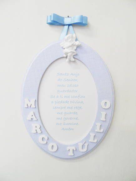 Quadro Oval M em mdf pintado com tinta pva latex, moldura forrada com tecido de algodão e aplicação de oração. Aplicação de anjo de gesso e para pendurar fita de cetim modelo chanel.