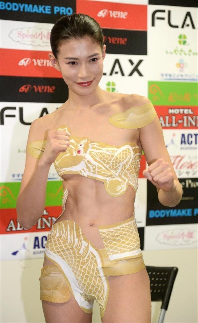 シール水着で前日計量をパスした高野人母美=10日、東京・後楽園 #高野人母美 #ボクシング #TomomiTakano #Boxing