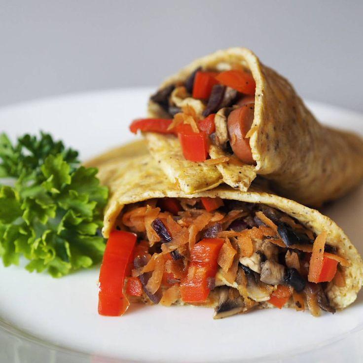 (@mfalka) Æggewrap med fyld af svampe, rød peber, gulerod, pølse, rødløg, chili, salt og peber 😋 Wrap  er lavet af 2 æg, 1 tsk husk, salt og peber. Nemt og lækkert! Lågkalori äggwrap