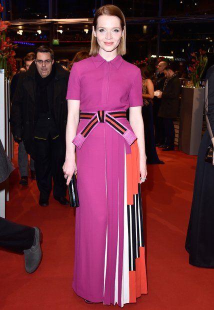 """Berlinale 2016: Karoline Herfurth in einem fuchsiafarbenen Kleid von Fendi und der """"Sweetie Clutch"""" von Jimmy Choo."""