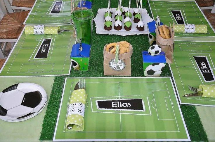 chemin de table effet gazon,dessous-d'assiettes balles de foot et serviettes thématiques