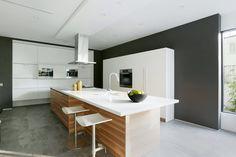 Cucina moderna colori neutri con mobili e soffitto bianco e pavimenti e pareti grigie