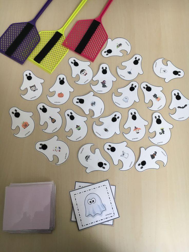 Spookjesspel : Juf Berdien zelfgemaakt vliegenmepper:  thema Halloween theme  game 1 kleuter draait een kaartje om met daarop een afbeelding. Alle kleuters zoeken op een spookje naar dezelfde afbeelding en slaan op dat spookje met de vliegenmepper. Het spookje blijft kleven door de velcro. De kleuter die als eerste het spookje kon vangen, krijgt het kaartje. Wie op het einde de meeste kaartjes verzamelde, wint het spel.