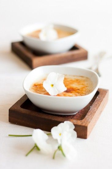 Vegan coconut crème brûlée// 4dl coconut milk, 1dl soy milk, 1 vanilla stick, 2 tbsp maple syrup, 1 bag vegegel (Dr. Oetker), 2 tbsp coconut flakes, sugar (only for the crust!). Easy, no baking - only mixing! OMG this is SO delicious!!!