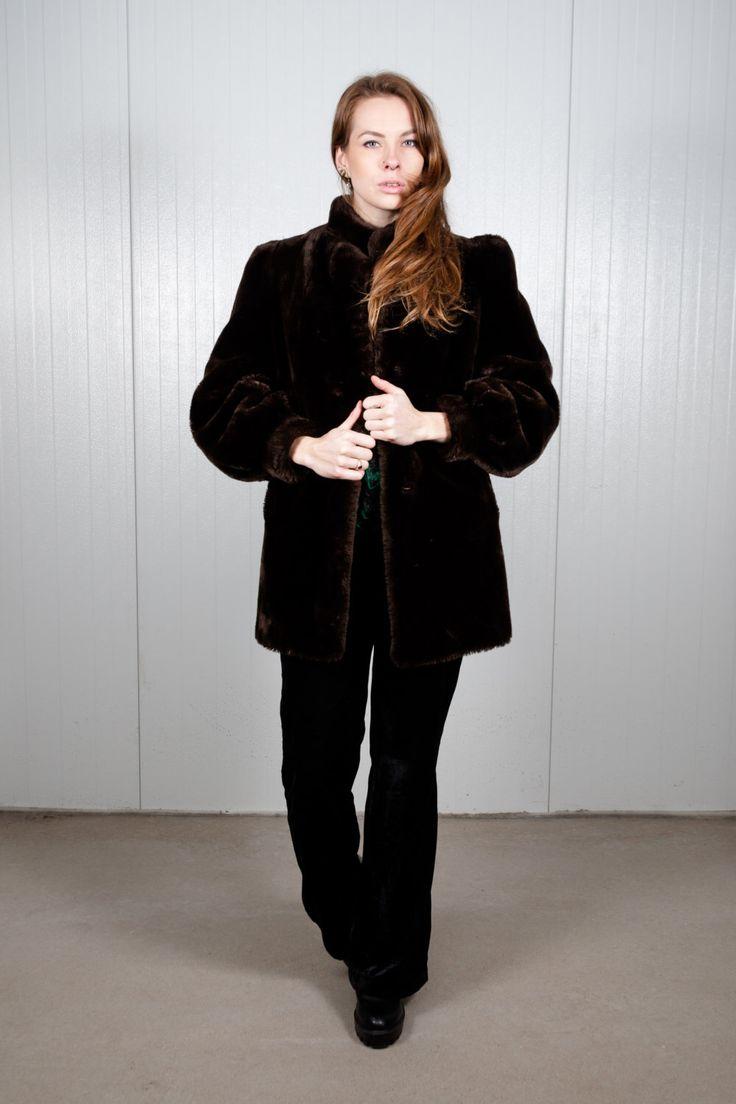 Vintage dark brown faux fur coat. Shop it here: https://www.etsy.com/nl/listing/504881483/faux-fur-vintage-jas-donker-bruin-winter