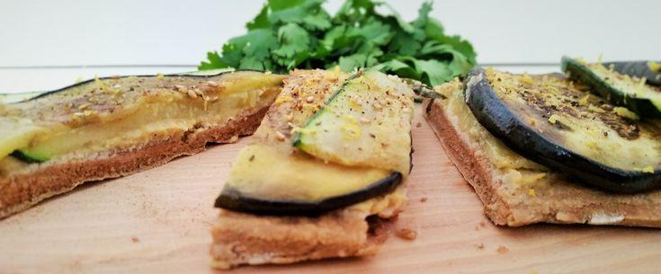 Deze plaatpizza van boekweitmeel en soyayoghurt met hummus, courgette en aubergine is zo gemaakt, lekker en erg voedzaam. Benieuwd naar mijn recept? Hier kun je hem lezen!