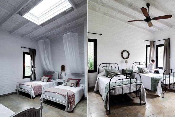 El primer dormitorio tiene camas de esterilla con colchas portuguesas (desde $629, Arredo). sobrio, en el segundo, hay camas de hierro con almohadones aqua y tejidos y mantas al tono (todo de Prágmata).  /Javier Csecs