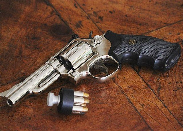 """Revólver Smith&Wesson Mod.19 Calibre: .357 Magnum, capacidade do cilindro: 6 munições. Speedloader para o carregamento rápido. Cabo emborrachado. Cano de 4"""".  Photo: @emgtraining101 #falandoemarmas #S&W #mod19 #357mag #padrão #pl3722 #campanhadoarmamento #pistol #love #gun #guns #boanoite #bomdia #boatardee #army #letsgo #headshot #a #repost #show #tiropratico #tiroesportivo #eua #youtuber #vivabrasil #cac #ipsc #defesa #revolver"""