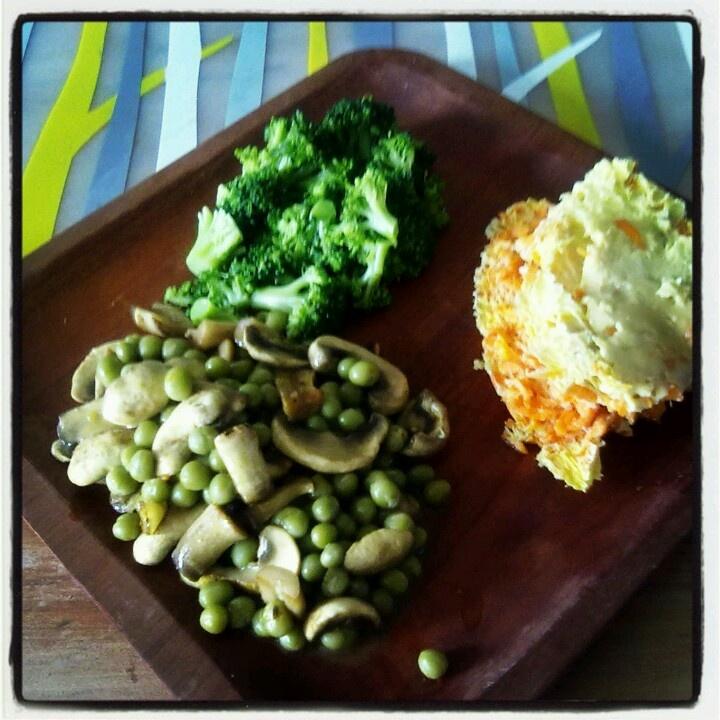 Tortilla de zanahoria, arvejas y champiñones salteados, y ensalada de brócoli