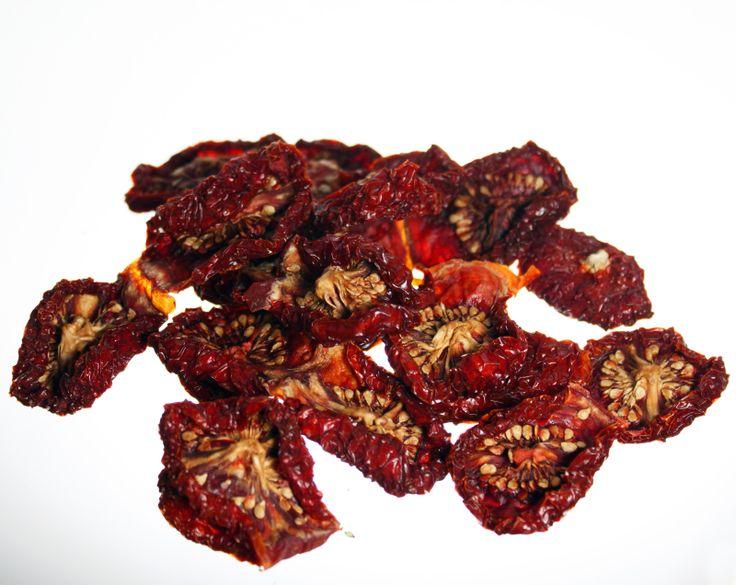 Pomodori secchi: una ricetta semplice che rivela l'amore e la dedizione di chi si dedica alla conservazione della gastronomia tipica siciliana. http://www.egolden.it/frutta_secca/contents/it/d56_Pomodori.html