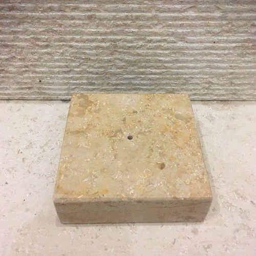 Peana de piedra natural Solnhofen Sabbia  pequeña de 10x10x3cm. Tiene un agujero pasante para insertar la varilla que sustenta la figura y un rebaje posterior para enroscar una tuerca retenedora. #peanas #piedranatural