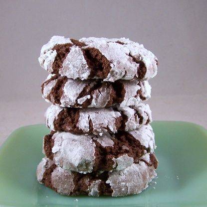 Fudge Crinkles...     1 (18 1/4 ounce) box devil's food cake mix (Betty Crocker Super Moist suggested)     1⁄2 cup vegetable oil     2 large eggs     confectioners' sugar or granulated sugar, for rolling...350 8-10 min
