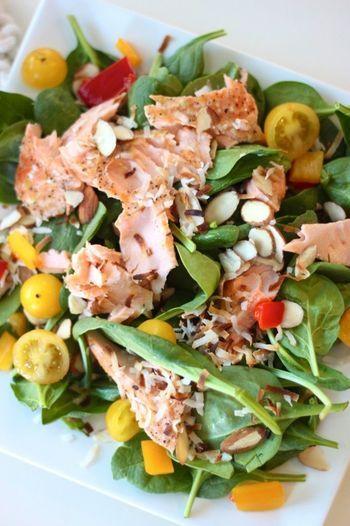 今が旬♪ 秋冬に作りたい【サーモン】メニューの美味しいレシピ | キナリノ いつものサラダにオーブンで焼いた鮭をほぐして乗せて。 ドレッシング