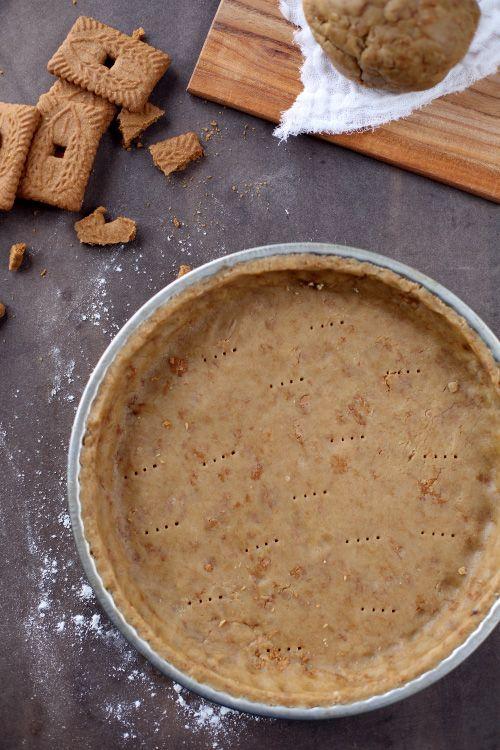 Encore une nouvelle recette de pâte à tarte sablée, cette fois-ci, j'y ai mis des brisures d'un biscuit que j'adore : le spéculoos, ainsi qu'un peu de
