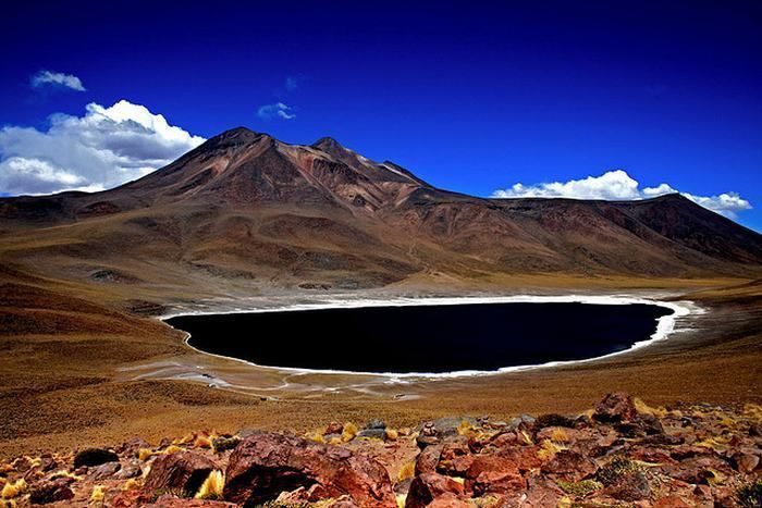 A Beleza do Deserto do Atacama Laguna Miñiques, um lago de grande altitude em uma cratera vulcânica.
