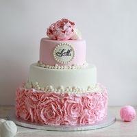 Нежный торт с розовыми рюшами и бусинами
