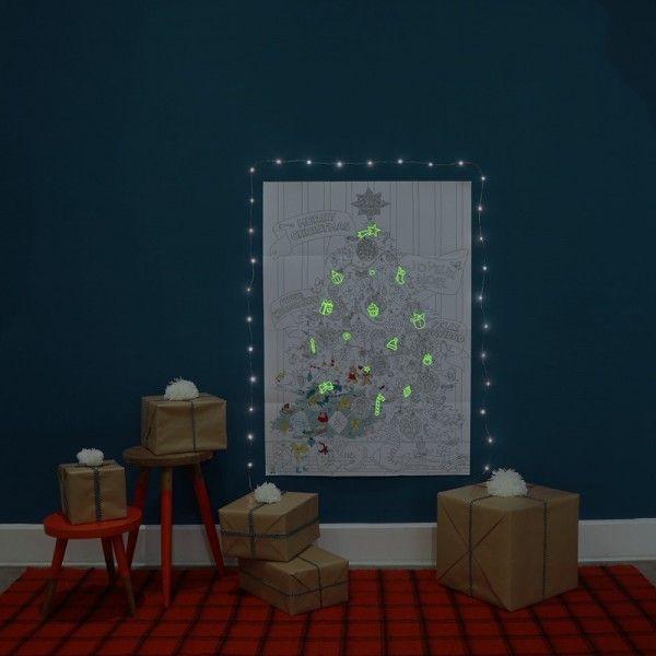 Poster géant à colorier avec stickers lumineux  http://www.homelisty.com/ce-poster-geant-a-colorier-est-le-cadeau-ideal-pour-faire-patienter-vos-enfants-jusqua-noel/