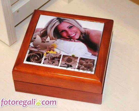 Per conservare i tuoi gioielli o semplicemente piccoli oggetti a cui tieni particolarmente, crea e personalizza un pratico portagioie in legno mogano. Potrai stamparlo sulla parte superiore con grafiche colorate e a tema, le tue foto più belle e testi simpatici. Acquistalo per te o regalalo in occasione di una festività alla tua migliore amica, alla tua mamma o ad una donna a cui vuoi fare un dono speciale!  http://www.fotoregali.com/portagioie-in-legno-personalizzato.aspx