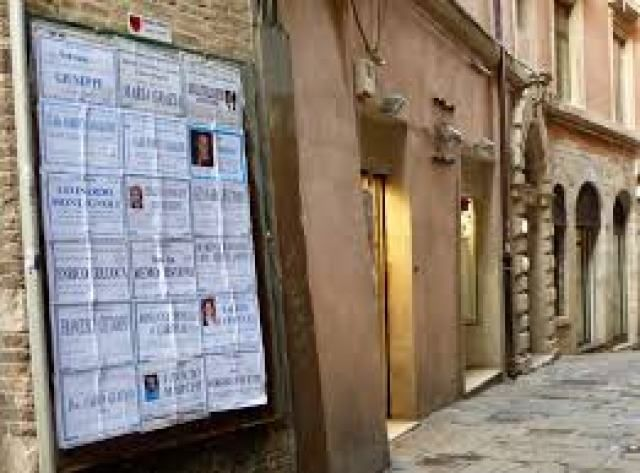 Afficher les nécrologies sur les murs de la ville, une vieille coutume italienne | Le Dernier Mot