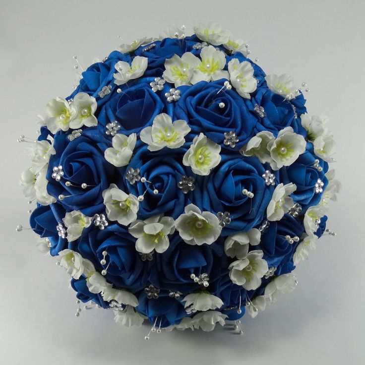 Buquê Grande de Rosas Azul Royal e Flores de Pessegueiro
