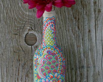 Botella de vino decorativos estilo henna florero, sol amarillo, brillante rosa y azul cielo  Florero de botella de vino mide aproximadamente 12 de alto. El florero se ha pintado de amarillo con detalles en rosas y azules brillantes. He modelado este jarrón después de todo los colores brillantes que veo al hacer henna en las bodas de la India. Ideal para usar como centro de mesa para la mesa, con flores frescas alrededor de la casa o regalos de anfitriona!  Tenga en cuenta que estos son…