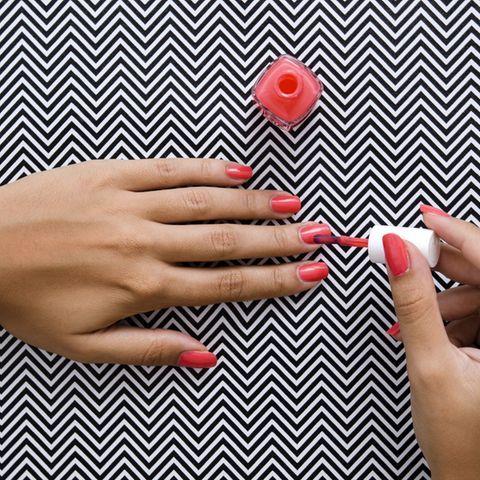 Mit diesen Tricks gelingt das Nägel lackieren perfekt!