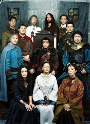 En haut: Yvain, Karadoc, Merlin, le père Blaise, Lancelot, Bohort. Milieu: Perceval, Arthur, Leodagan. Assises: Demetra, Guenièvre, Seli